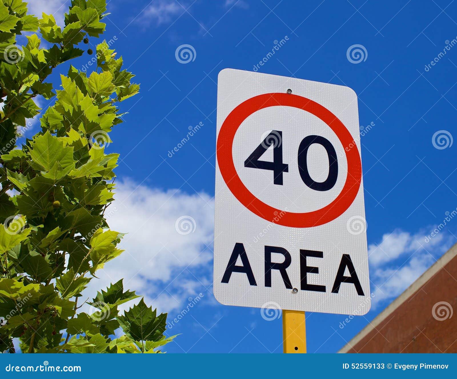 Limitation de vitesse de poteau de signalisation quarante
