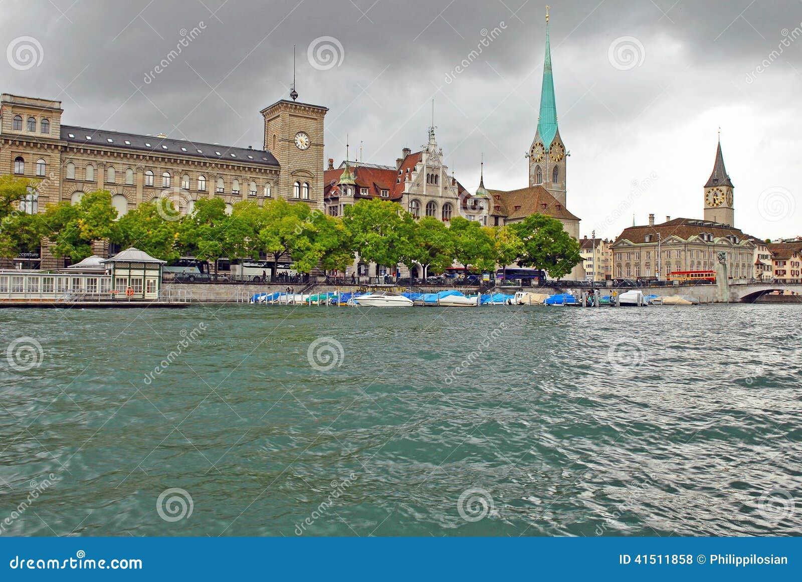 Limmatrivier en Zürich Van de binnenstad, Zwitserland