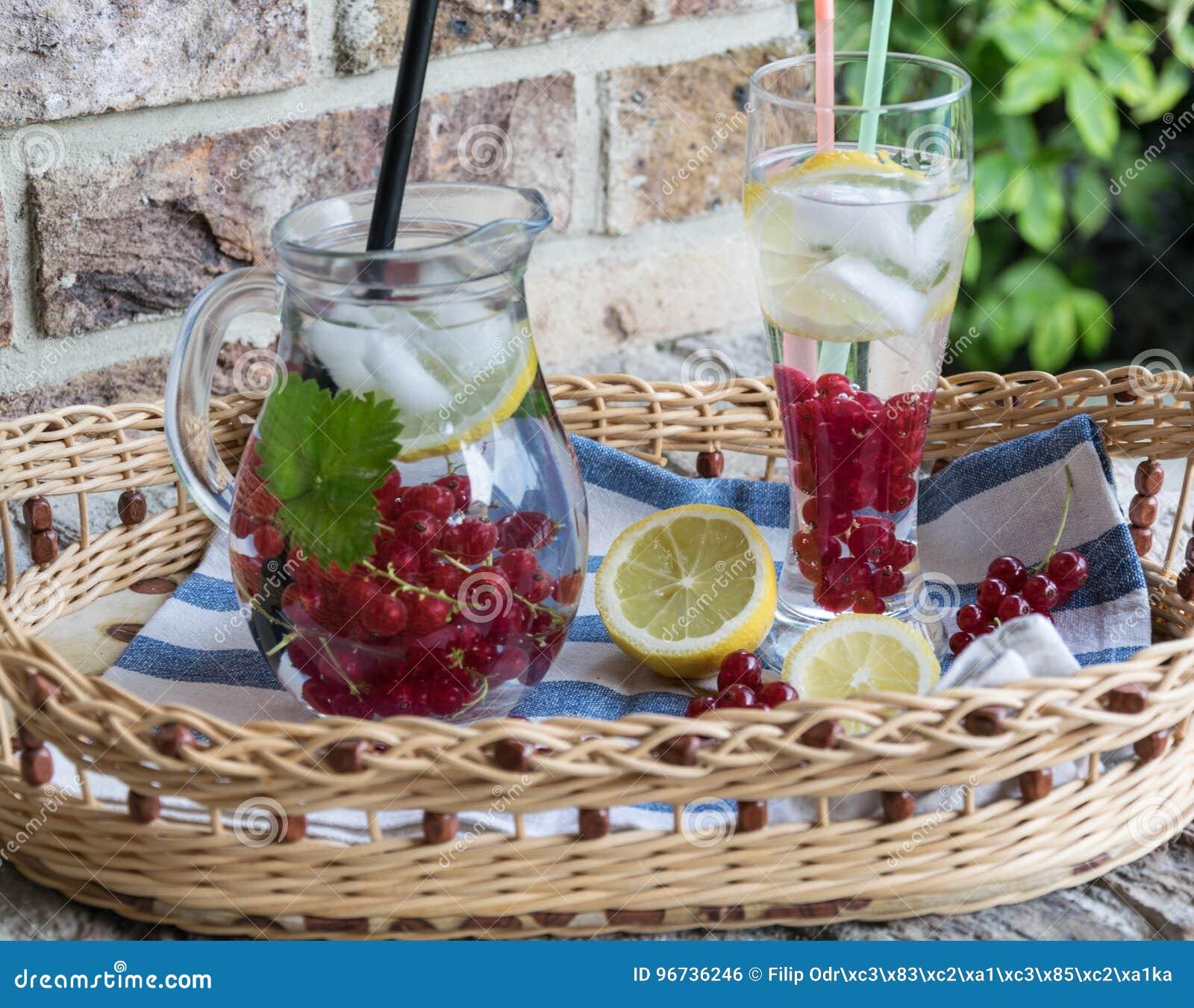 Limonada de refrescamento Casa-feita do corinto vermelho com gelo e limão