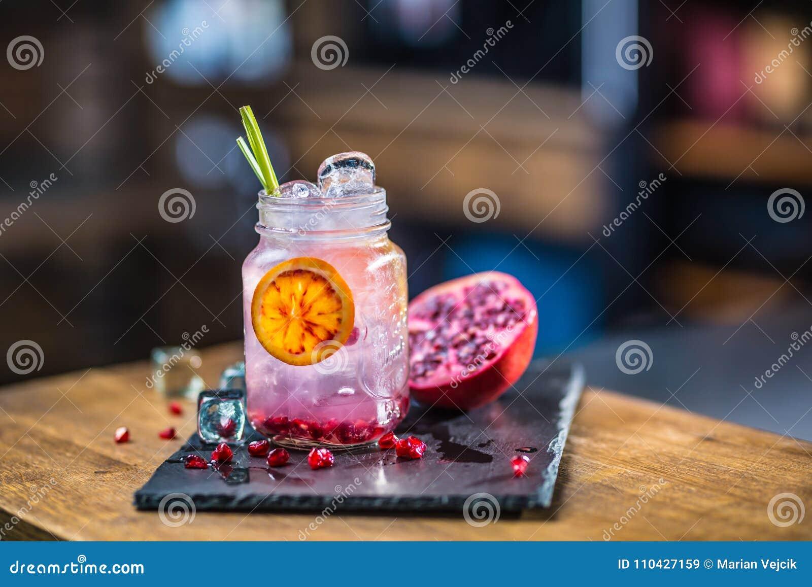 Limonade De granaatappel van het limonade vith verse fruit op barcounter binnen