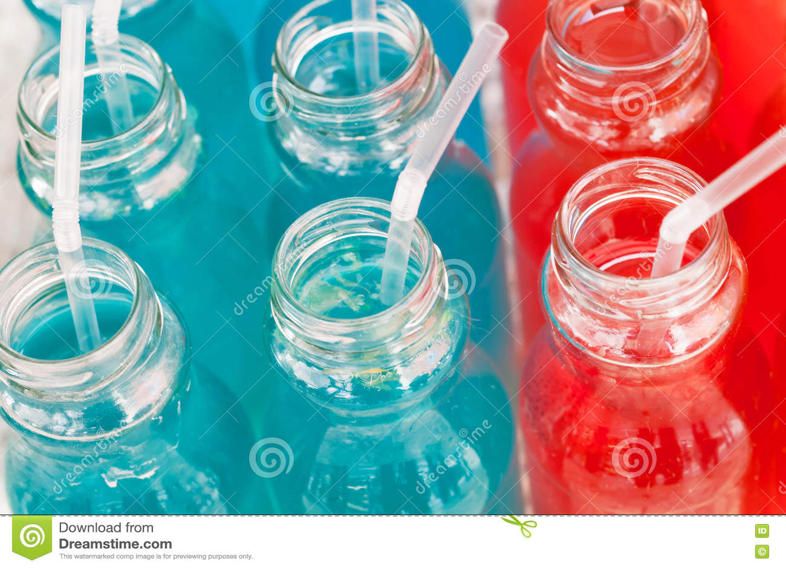 Limonade des baies et couleurs de sirop, rouges et bleues sur la table