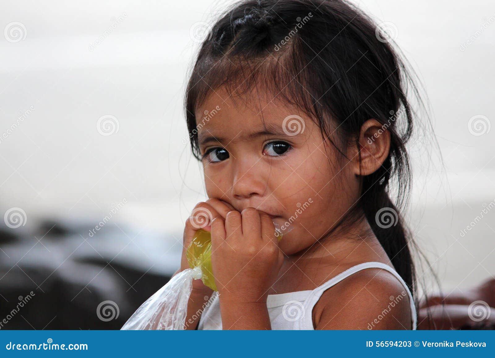 LIMONADE POTABLE PHILIPPINE de PETITE FILLE du SACHET EN PLASTIQUE, Philippines, île de Bohol