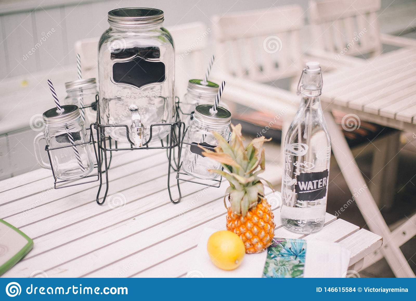 Limonata con la limonata della limone-pera Vicino ? una decorazione con una bottiglia, un limone e un ananas