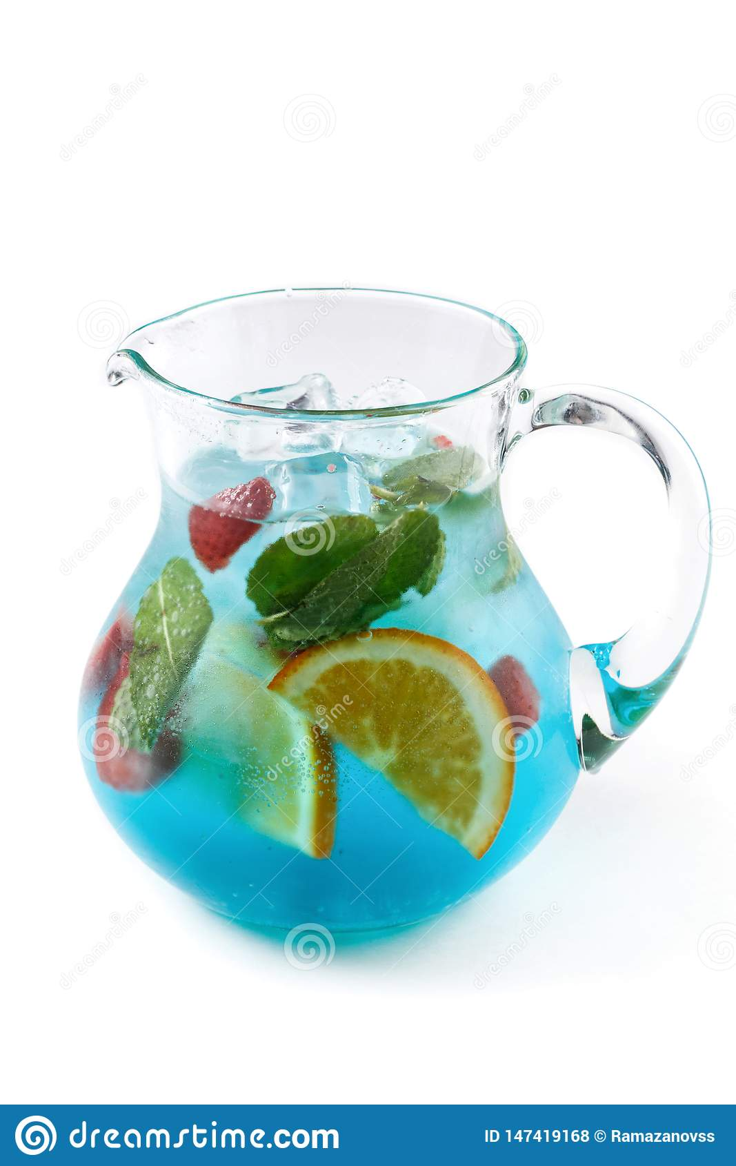 Limonata della frutta con la menta, la fragola e l arancia in una brocca su un fondo bianco isolato