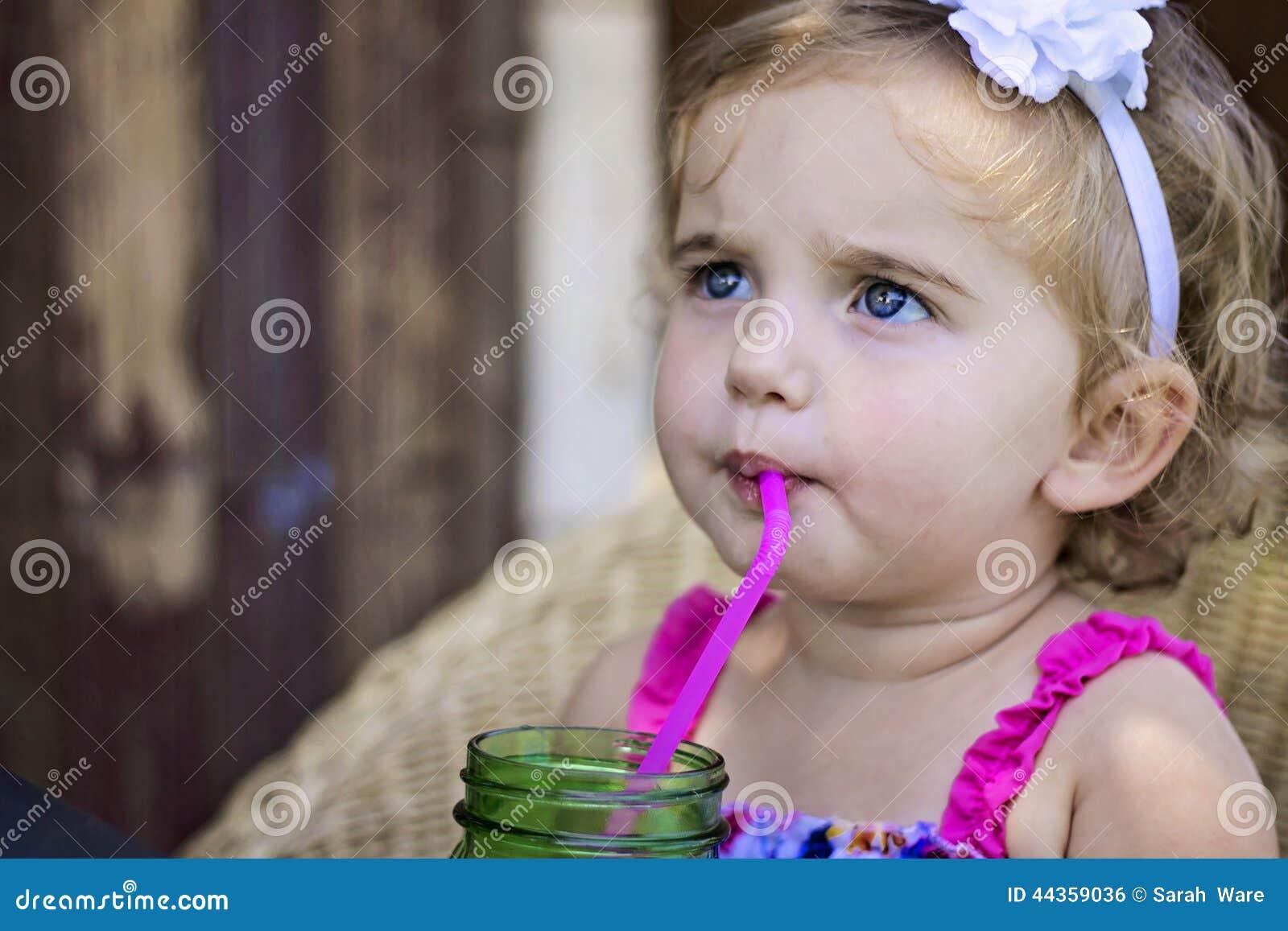 Limonata sorseggiante della bambina