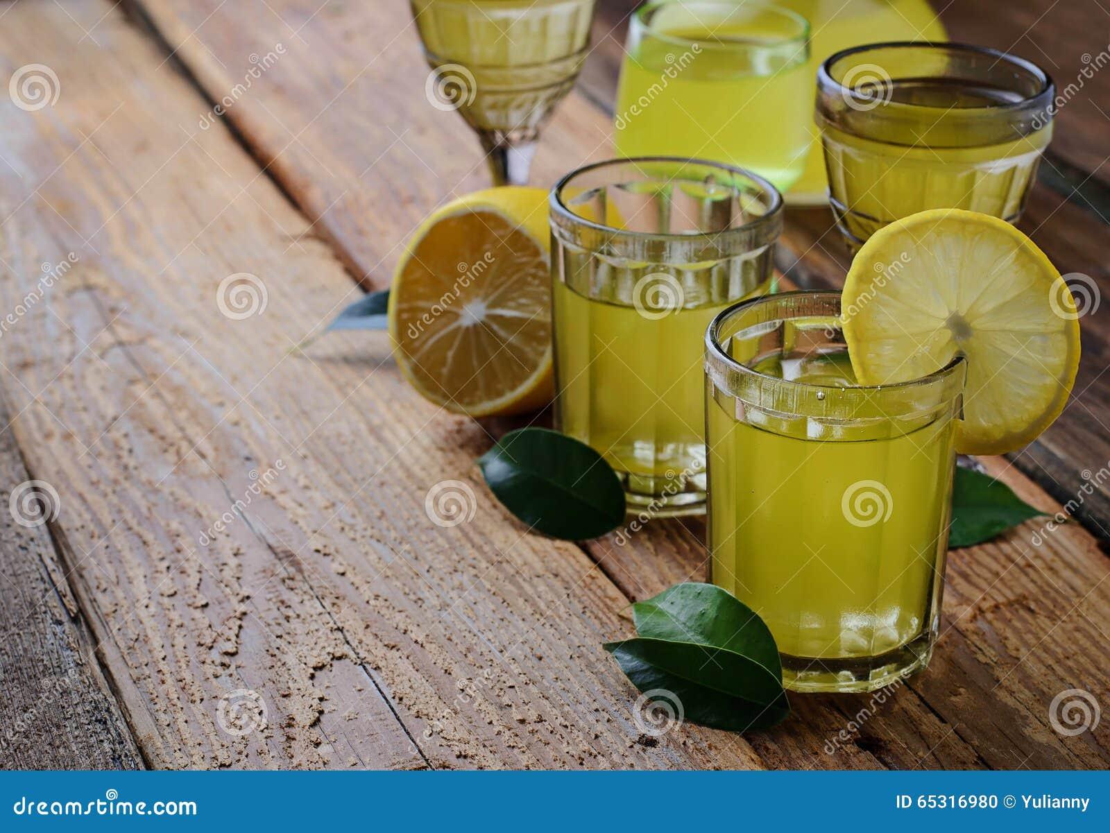 Limoncello, Italiaanse likeur met citroenen