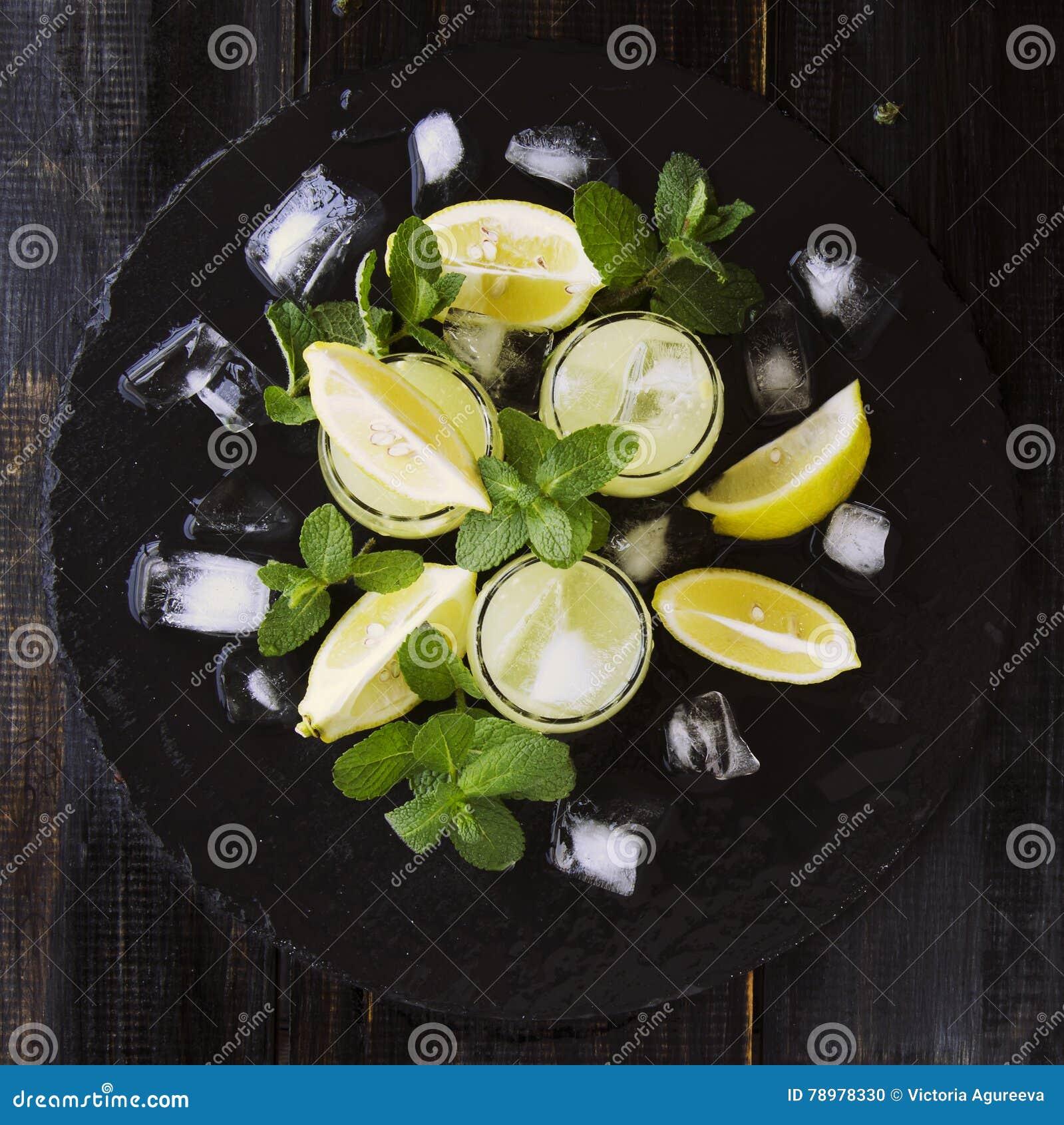 Limoncello, Italiaanse traditionele likeur met citroenen op de uitstekende lijst
