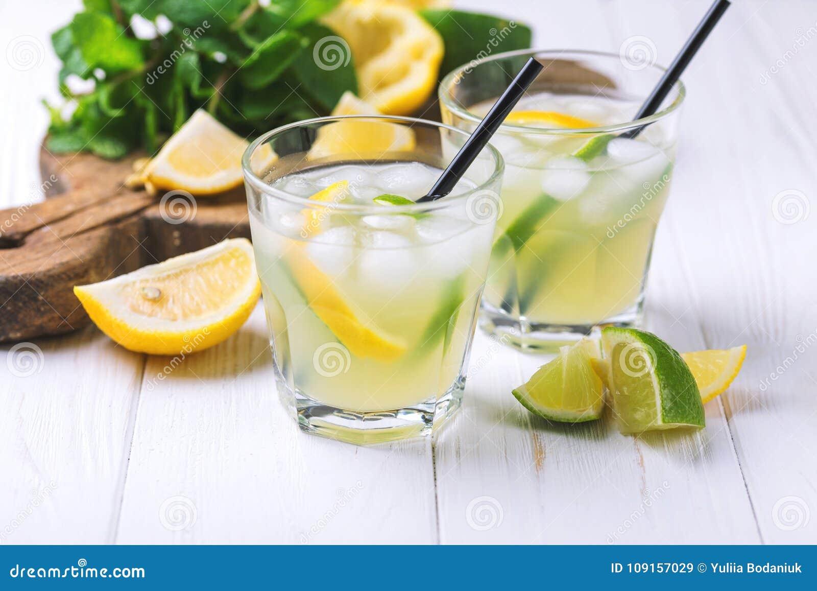 Limoncello italiano do licor do cal do limão com gelo e hortelã