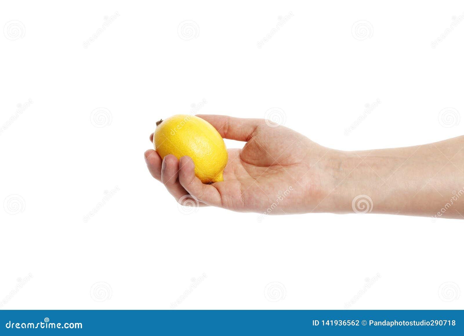 Limone a disposizione isolato su un fondo bianco