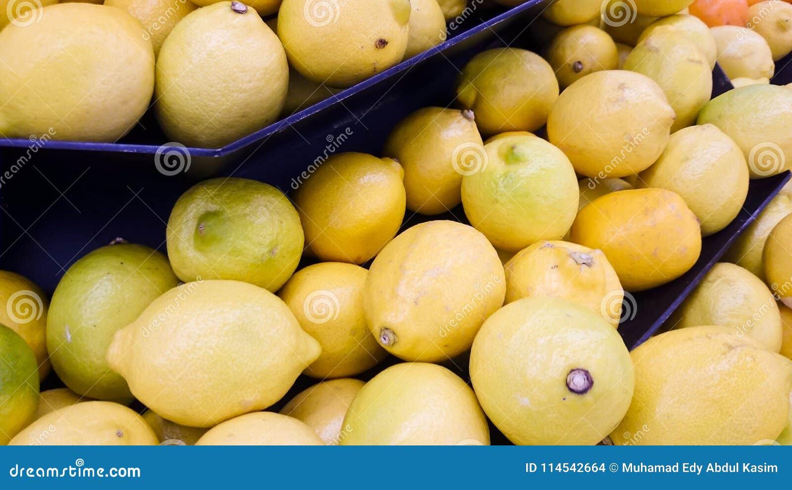 Limone nell esposizione al mercato