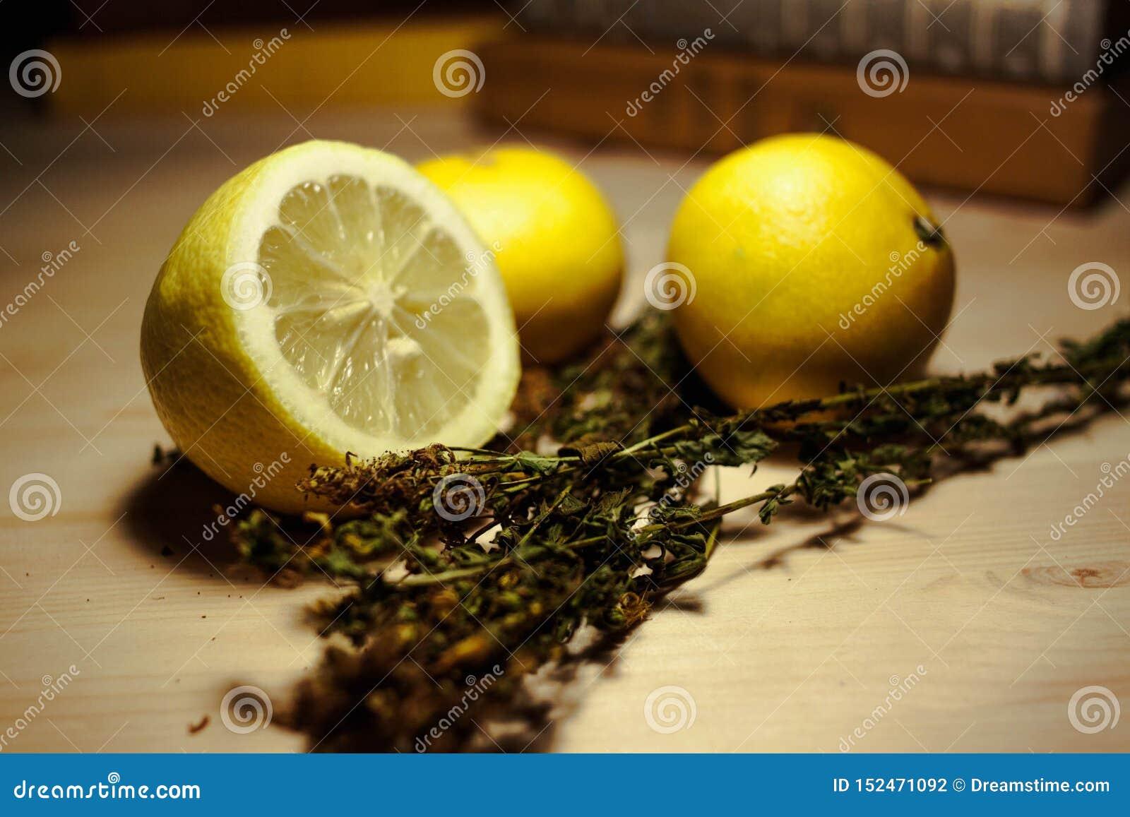 Limones e hierbas