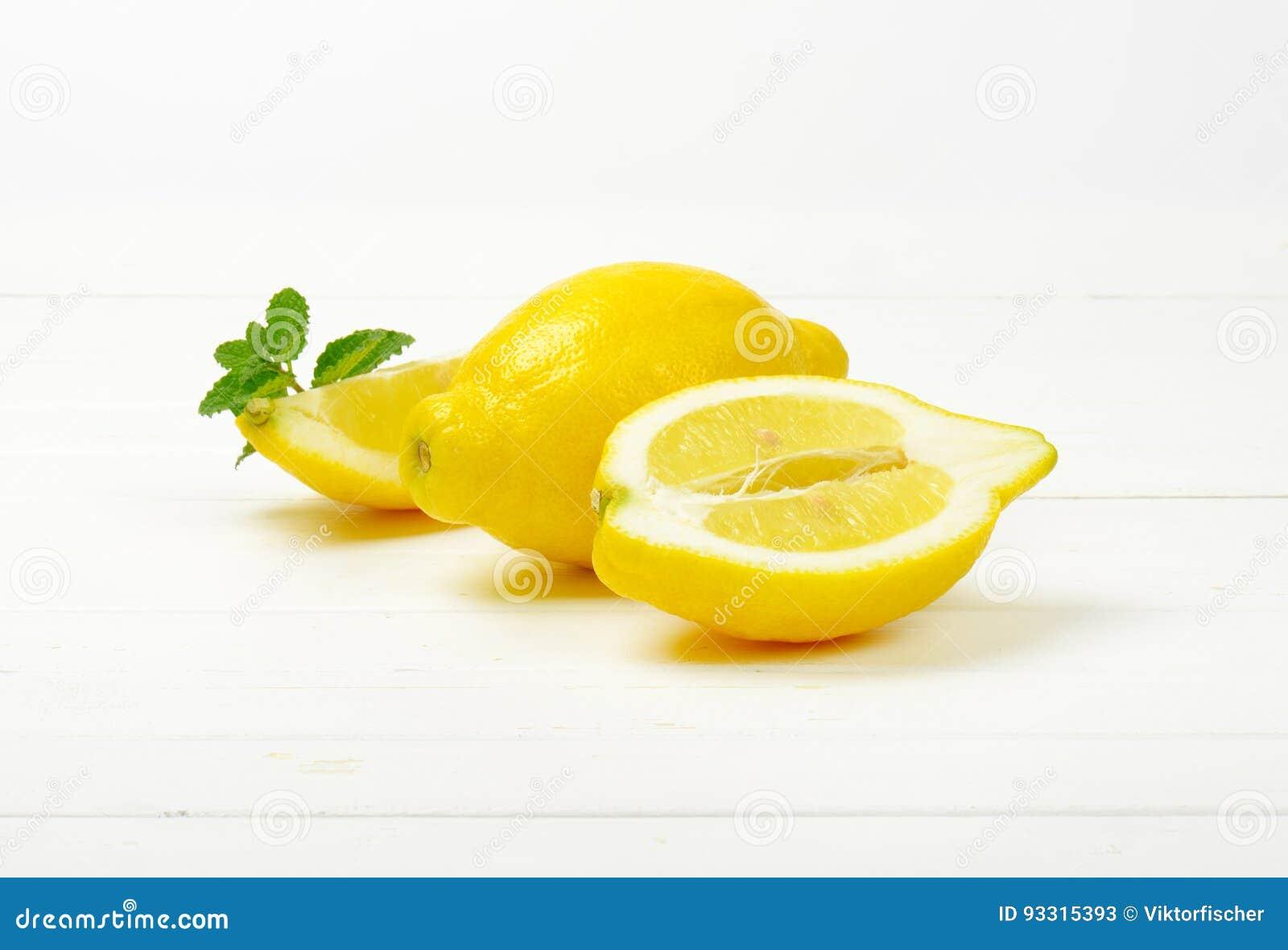 Limones en un fondo blanco del estudio
