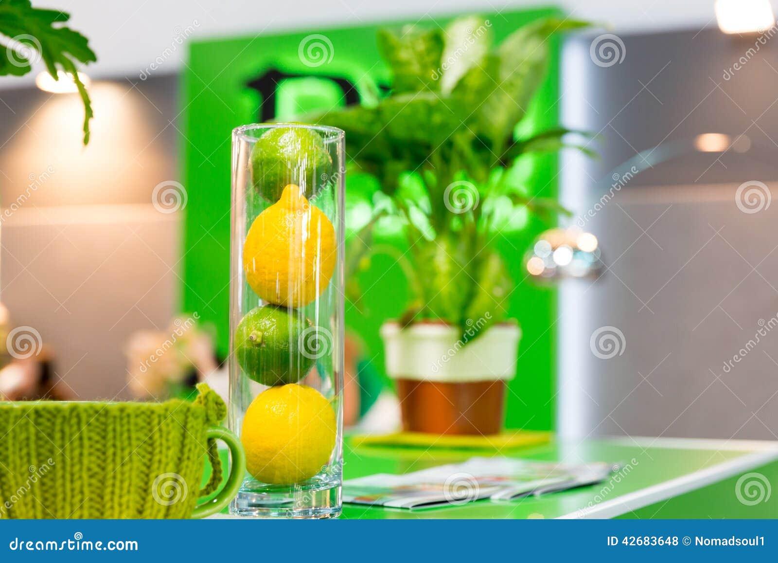 Limones y otras decoraciones caseras en bol de vidrio foto - Bol de vidrio ...