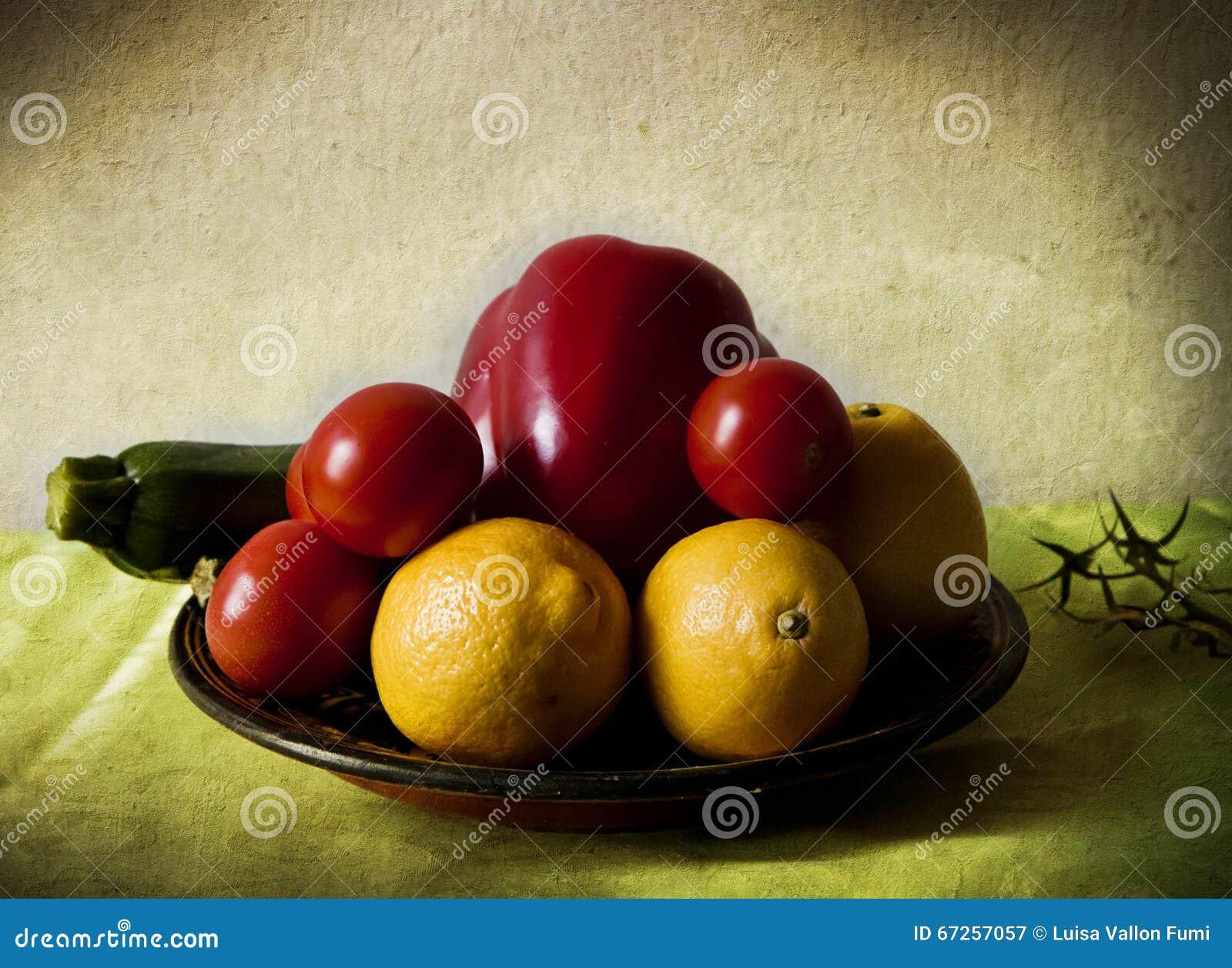 Limones y verduras en claroscuro