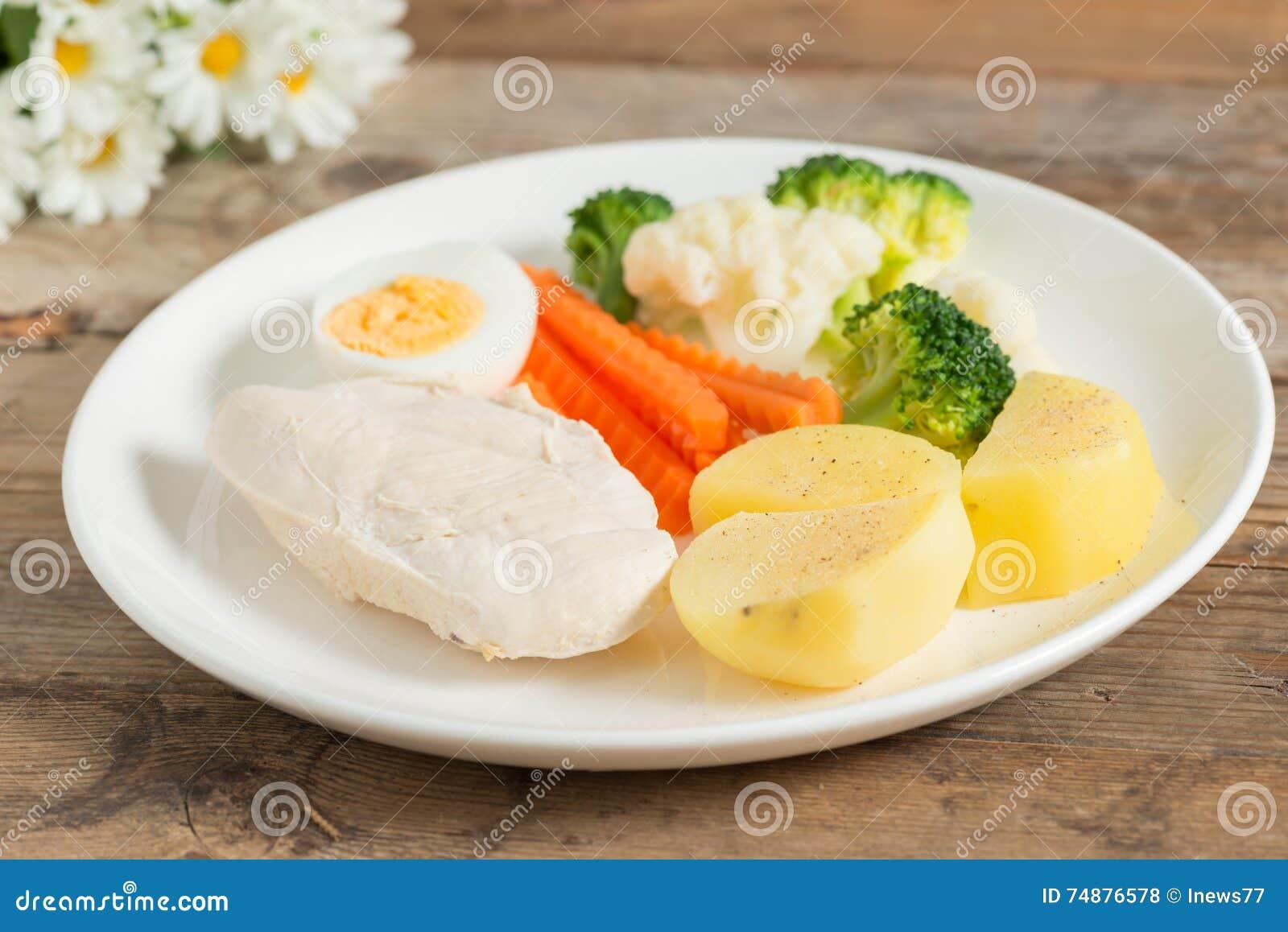 Limpe o alimento, os peitos de frango fervidos e o ovo com os vegetais