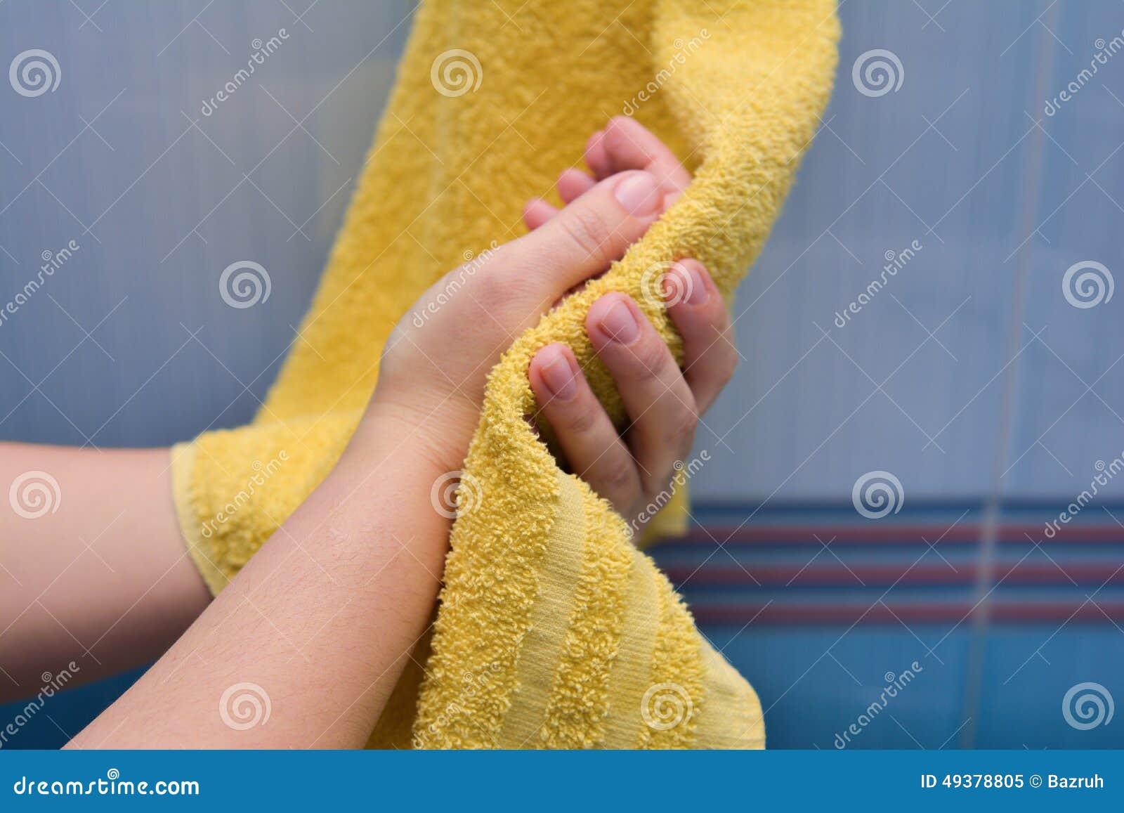 A limpeza entrega uma toalha amarela