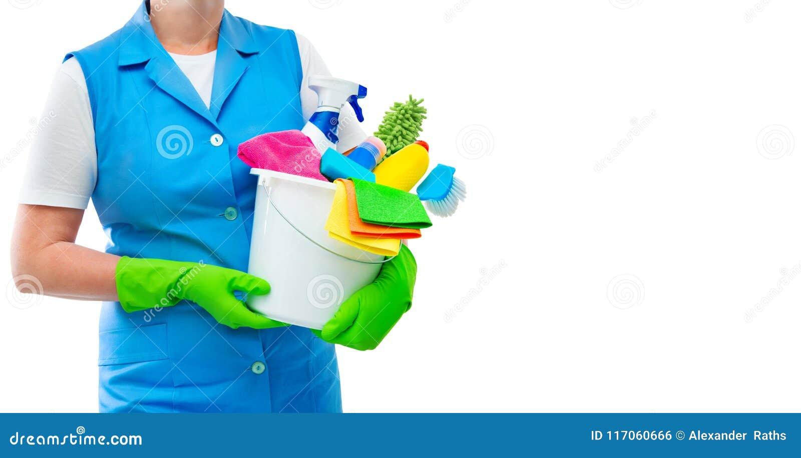 Limpiador femenino que sostiene un cubo con las fuentes de limpieza aislado