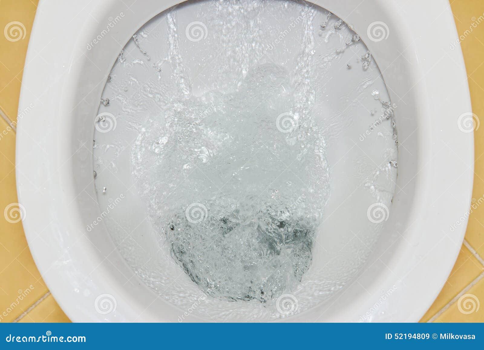 limpiar la taza del inodoro con un chorro de agua imagen