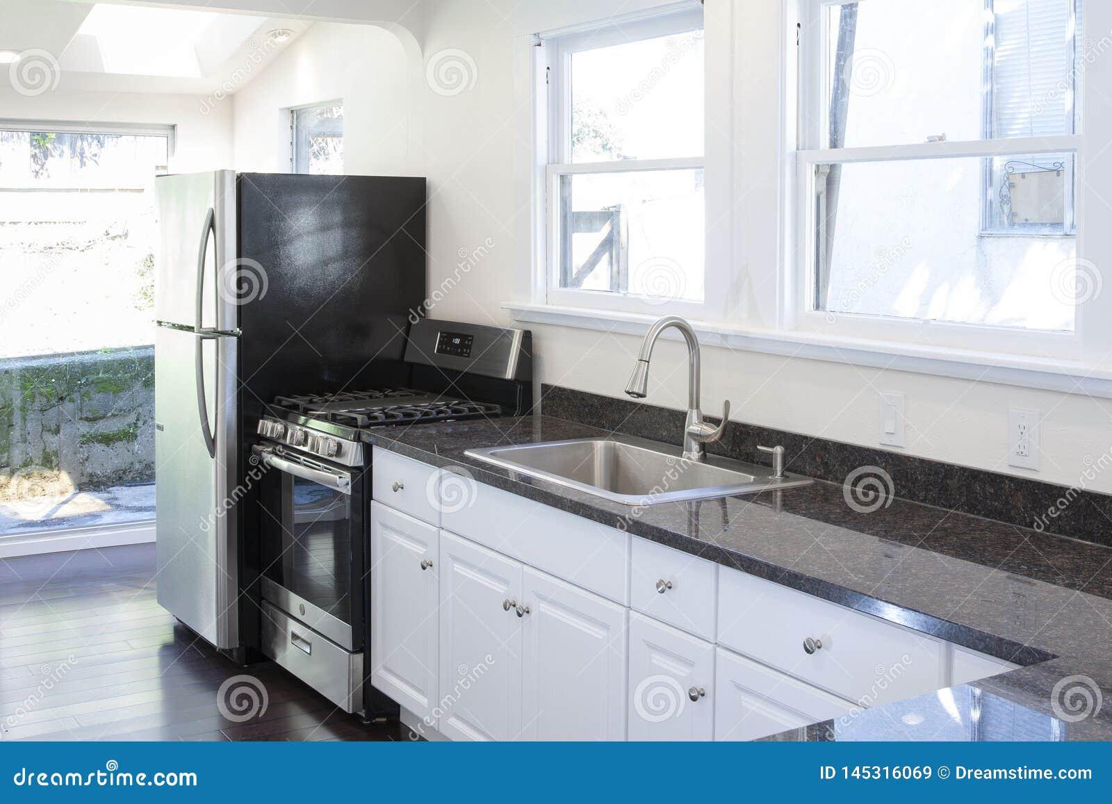 Limpie el interior blanco de la cocina