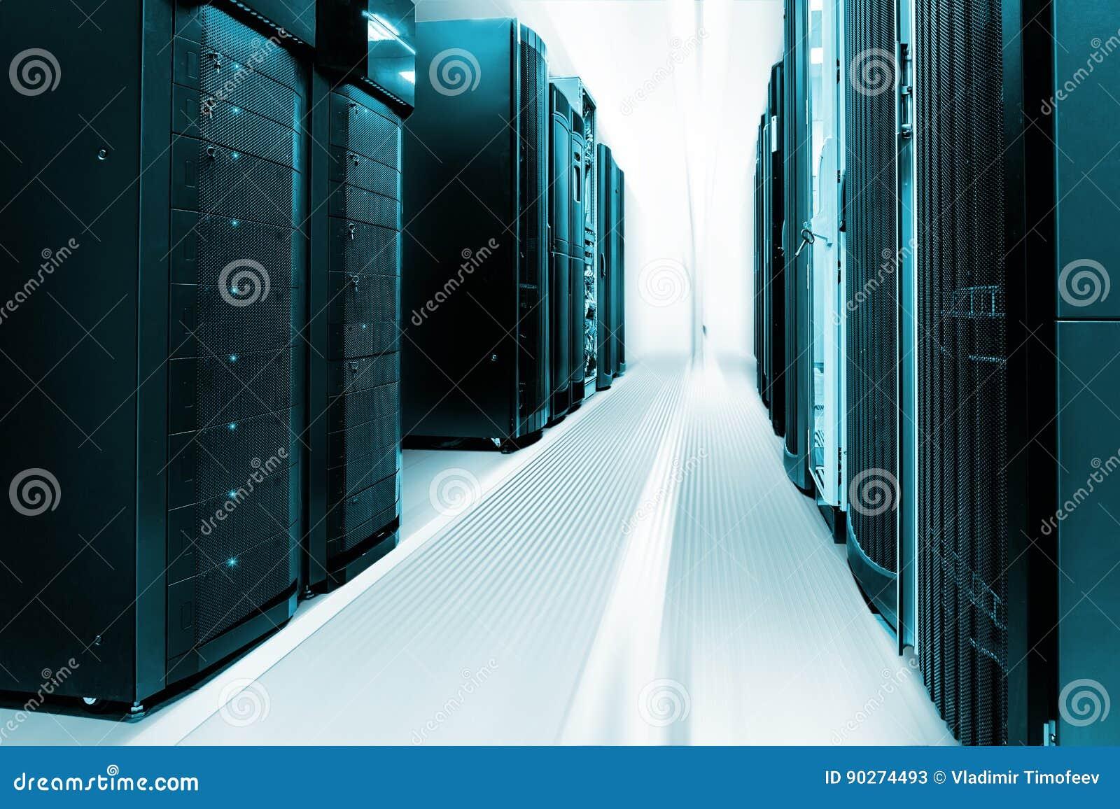 Limpie el interior industrial del sitio del servidor con los servidores