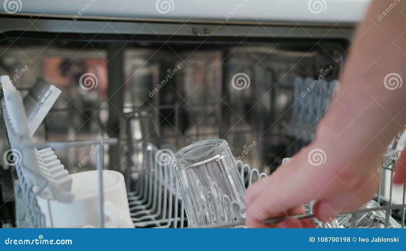Limpie los vidrios y las tazas en un lavaplatos