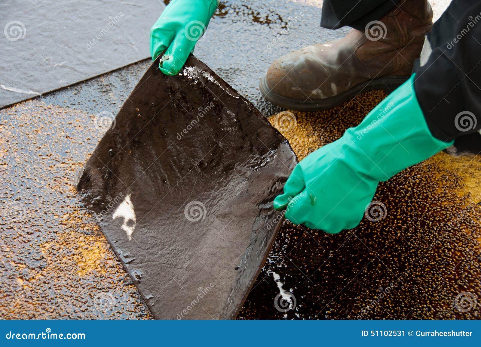 Limpieza del derrame de petróleo en zona de trabajo peligro para la naturaleza