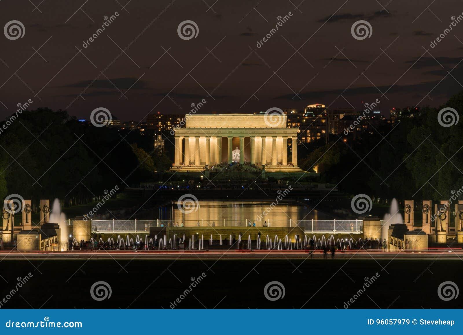 Lincoln Memorial la nuit au-dessus de mémorial de la deuxième guerre mondiale