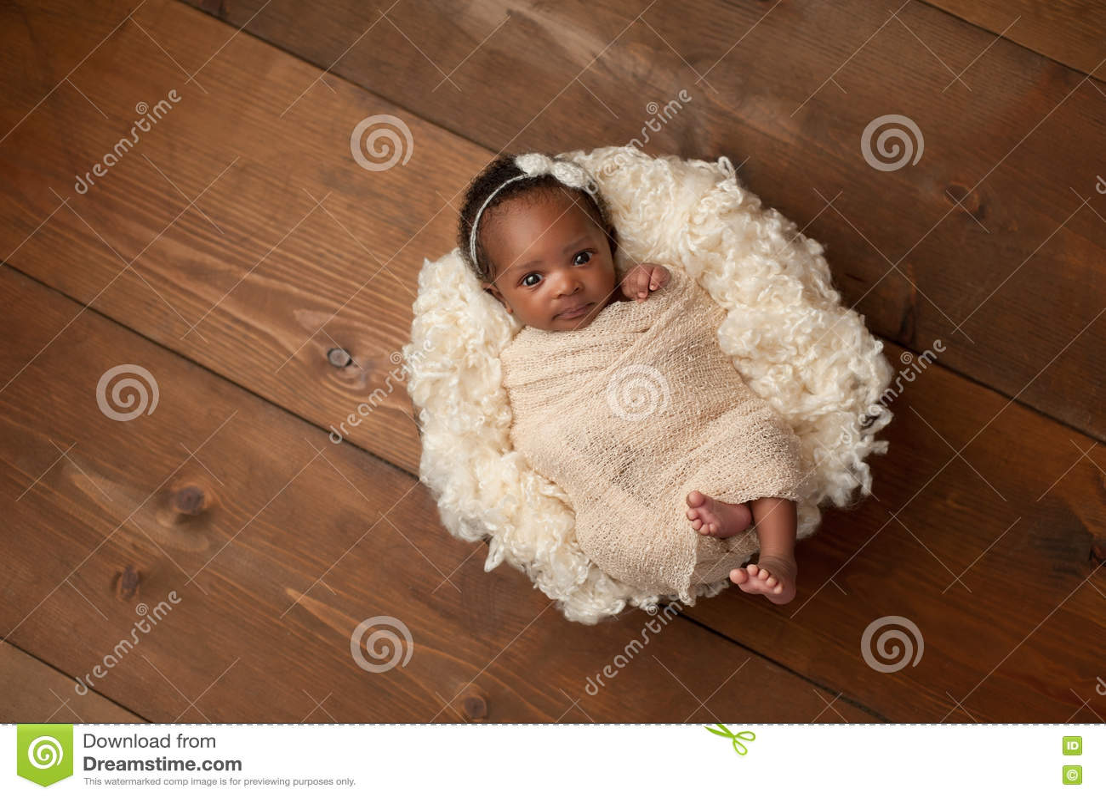 Lindat nyfött behandla som ett barn flickan