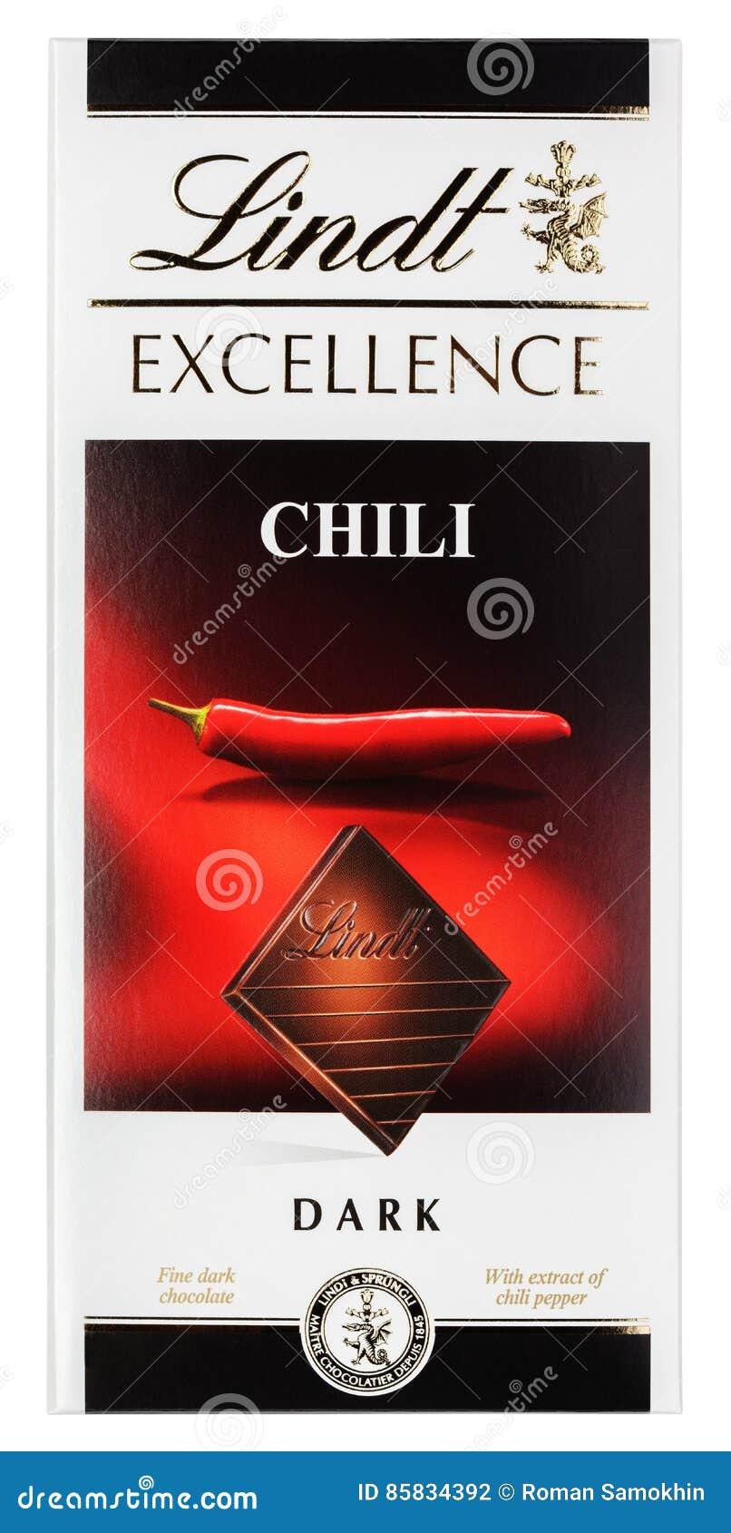 Lindt优秀辣椒瑞士黑暗的巧克力块顶视图在白色隔绝的