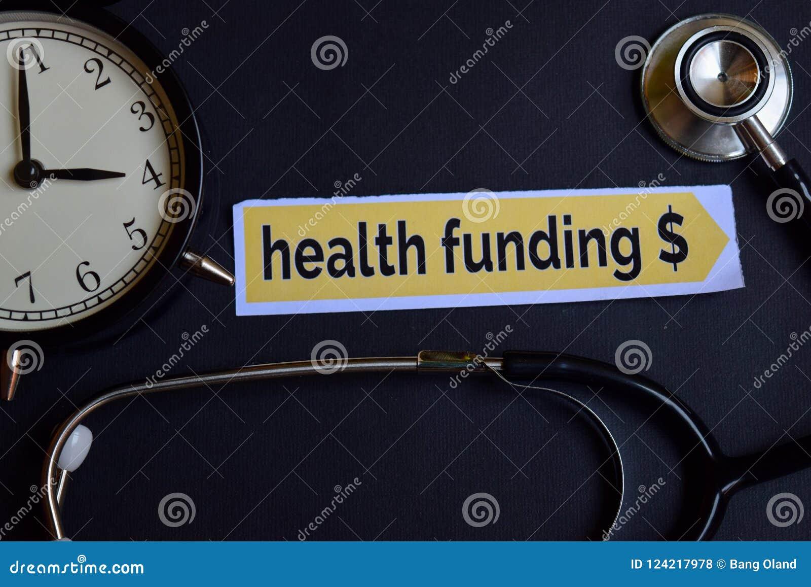 On-line-Doktor auf dem Druckpapier mit Gesundheitswesen-Konzept-Inspiration Wecker, schwarzes Stethoskop Gesundheit, die $ auf de