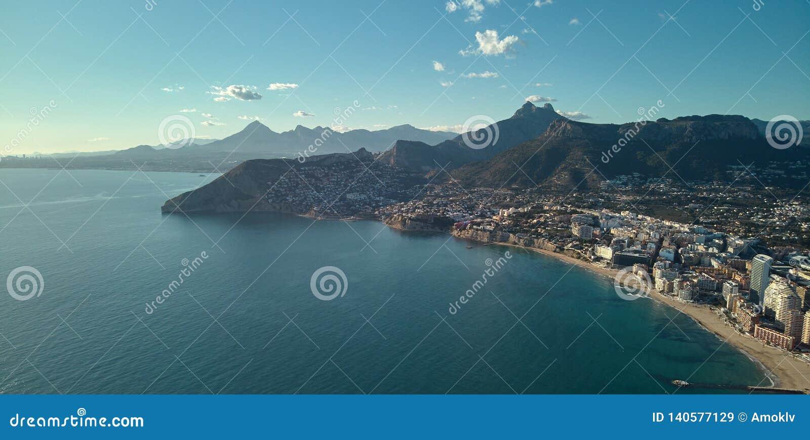 Linea costiera di fotografia del fuco del townscape della località di soggiorno di Calpe, Spagna