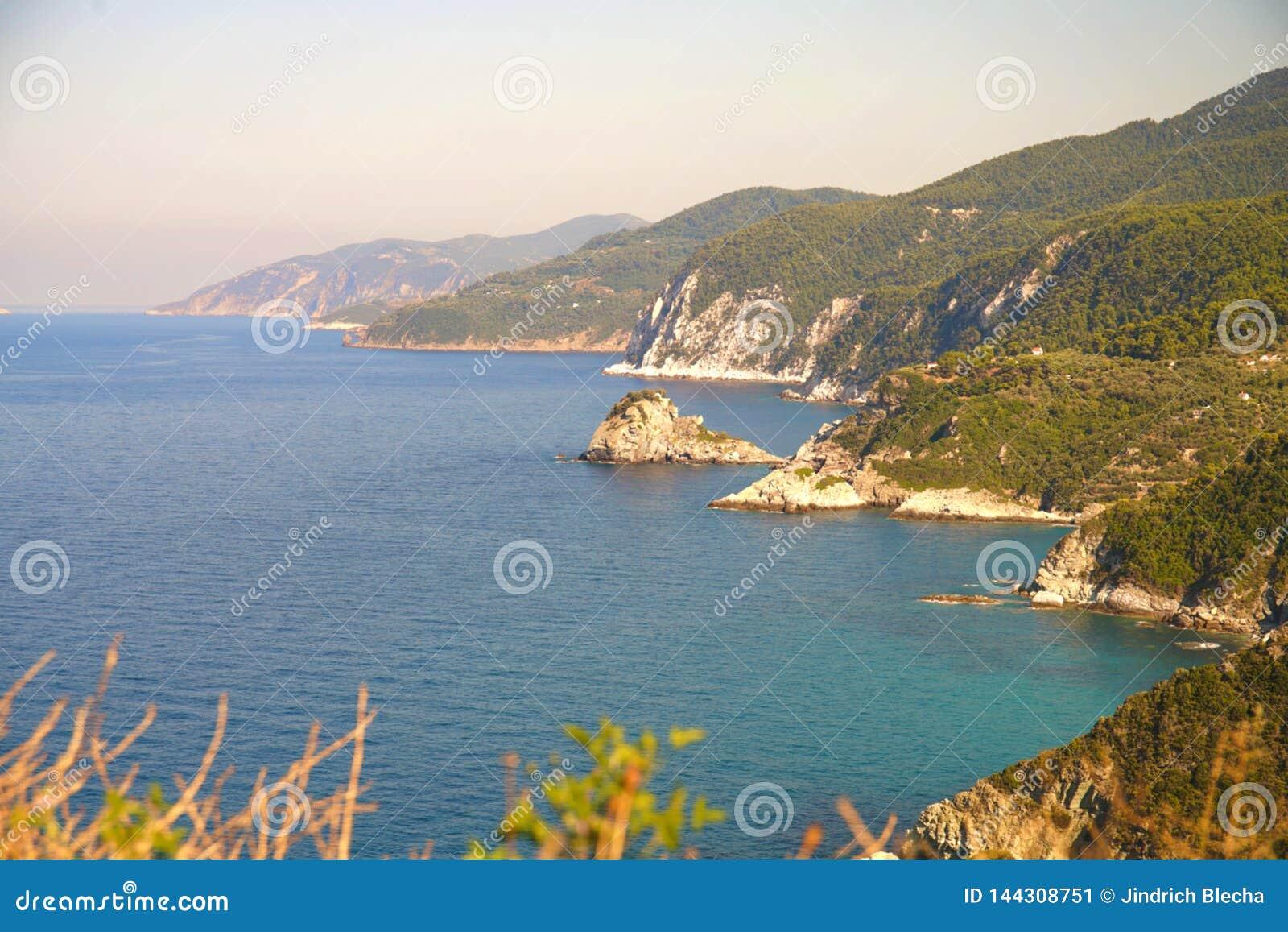 Linea costiera vicino alla spiaggia un giorno soleggiato, Grecia di Agnontas