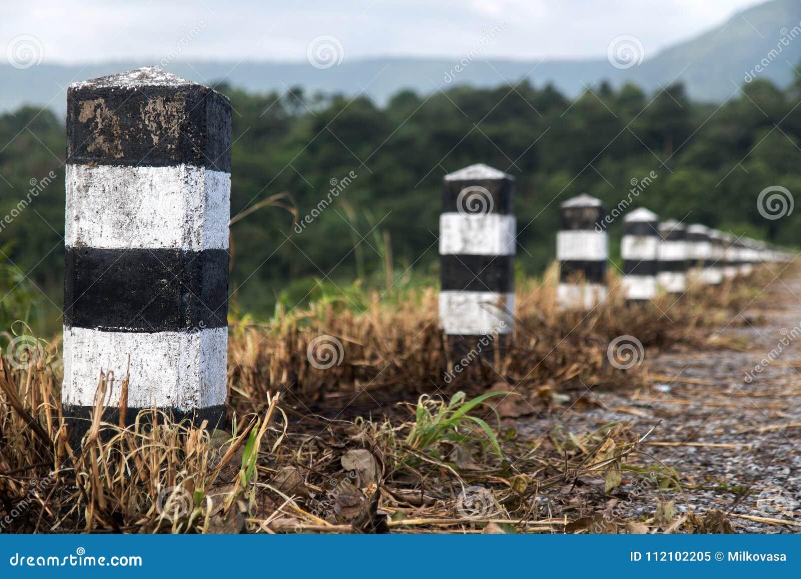 Linea di bitte di pietra sulla strada