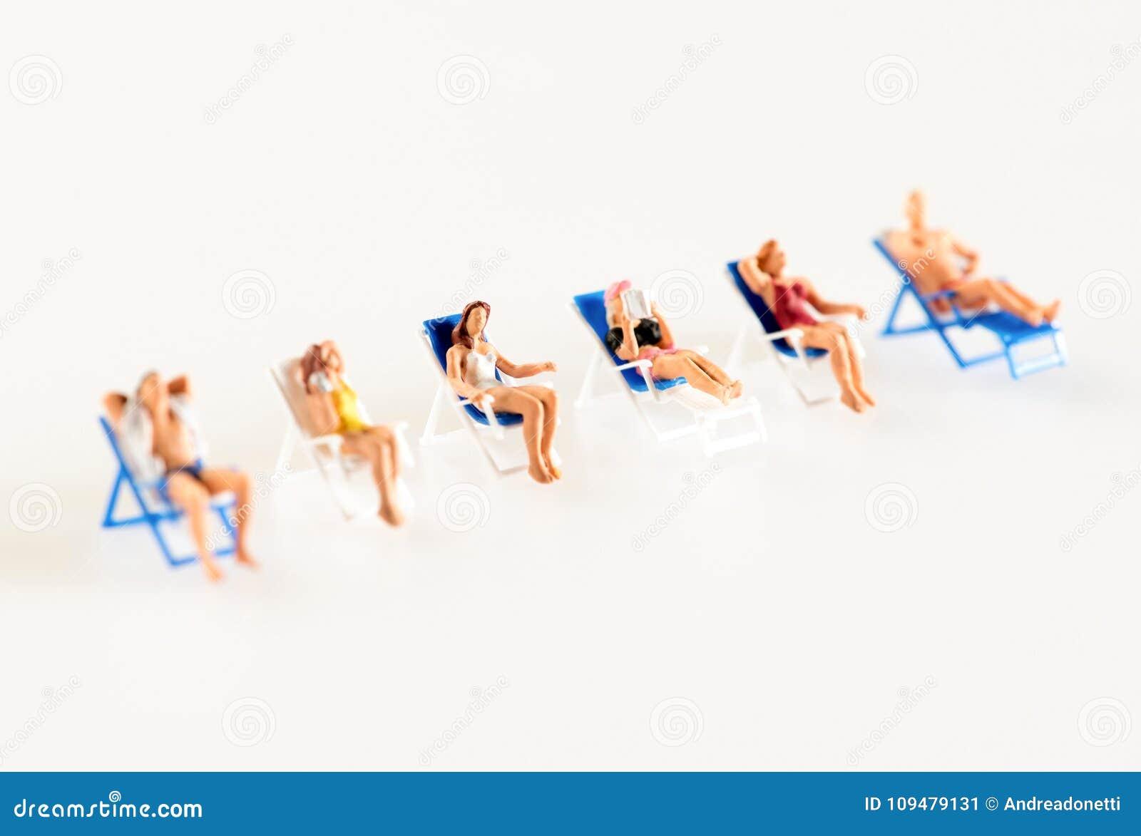 Sedie A Sdraio In Miniatura.Linea Di Gente Miniatura Che Si Rilassa Sulle Sedie A Sdraio