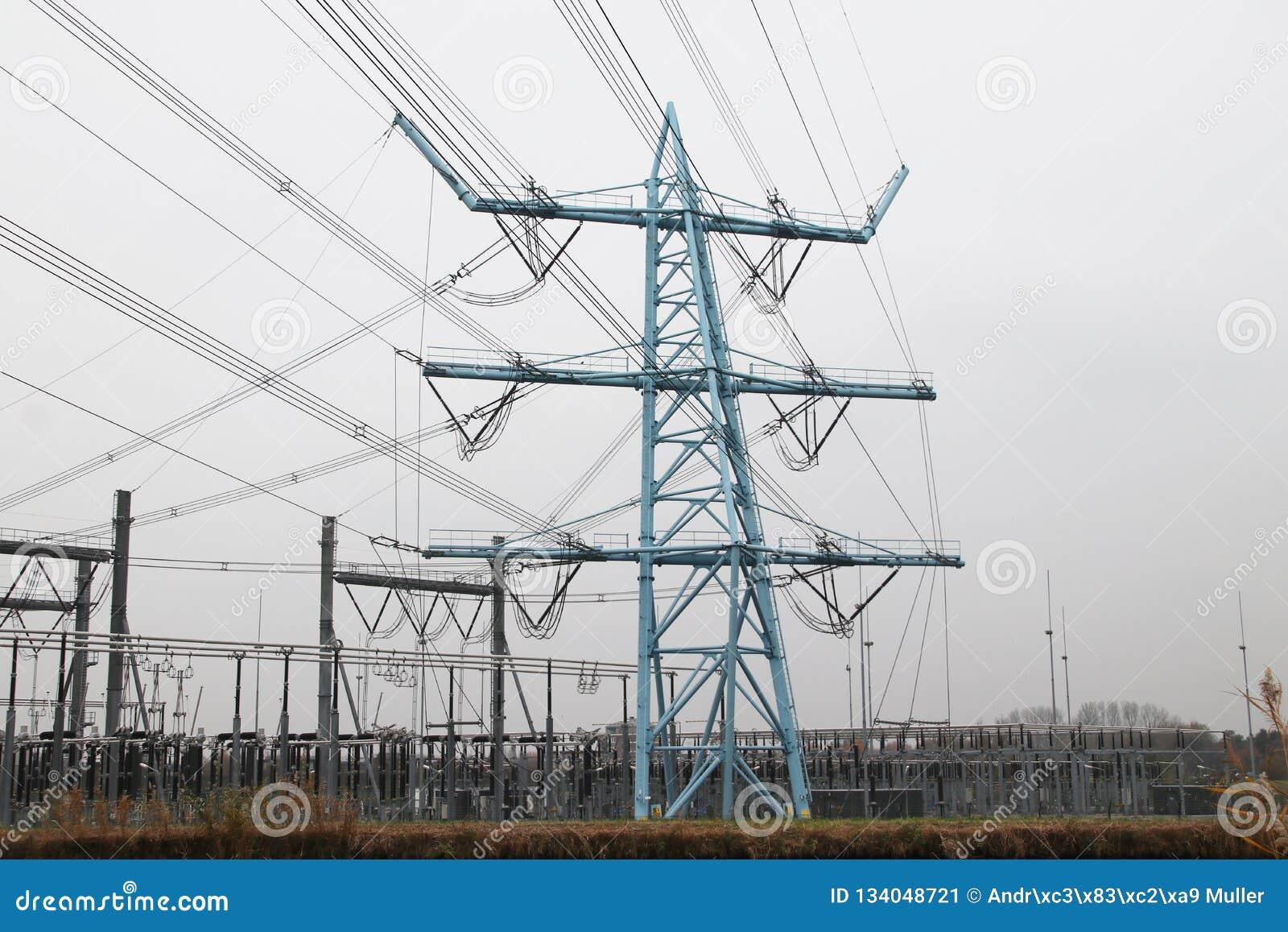 Linee elettriche nella pianta di distribuzione a Den Haag Wateringse Veld nei Paesi Bassi