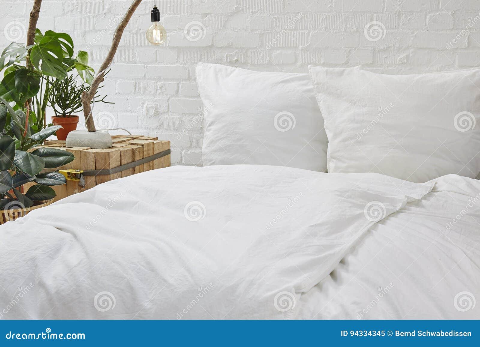 linge de lit blanc de chambre à coucher urbaine de grenier et