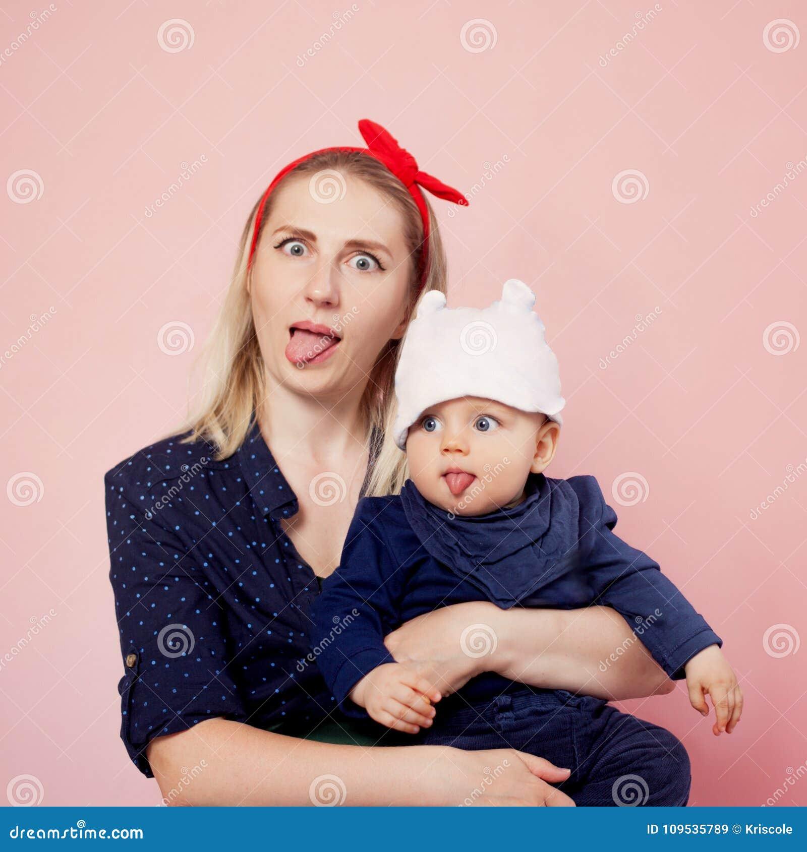 Lingua di manifestazione del figlio e della mamma Giovane donna felice con i figli Famiglia allegra