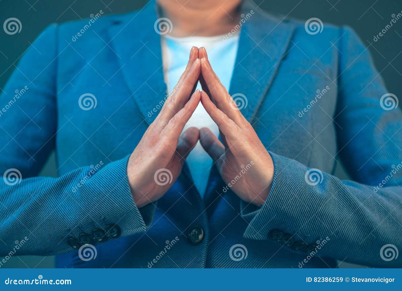 Linguagem corporal da mulher de negócios para a confiança e o amor-próprio