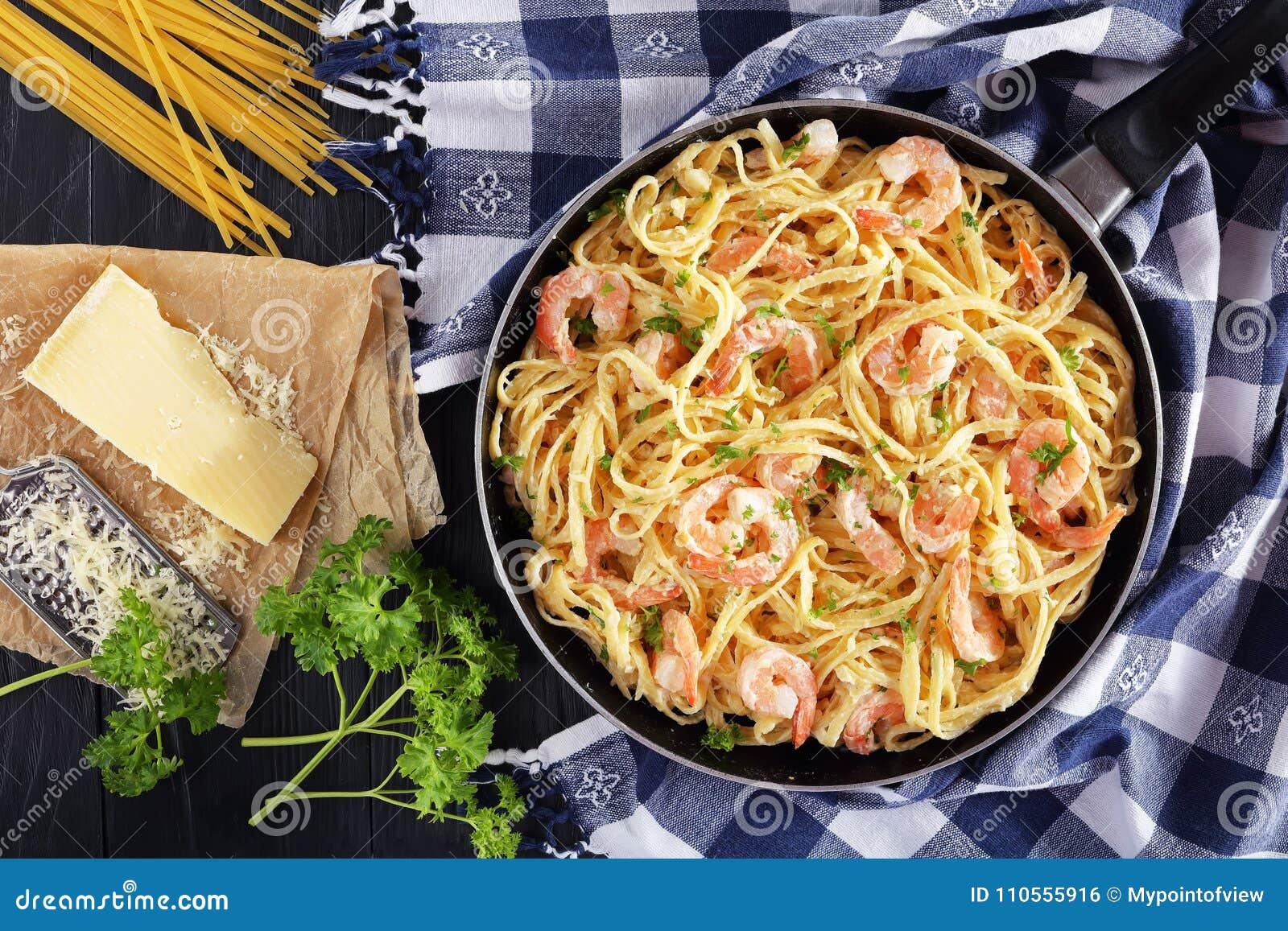Linguine cremoso saporito del parmigiano con i gamberetti