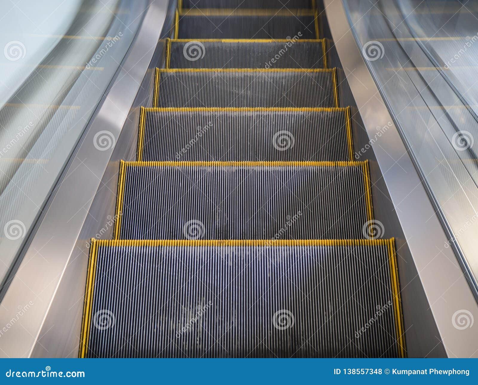 Linha amarela moderna escada rolante no shopping