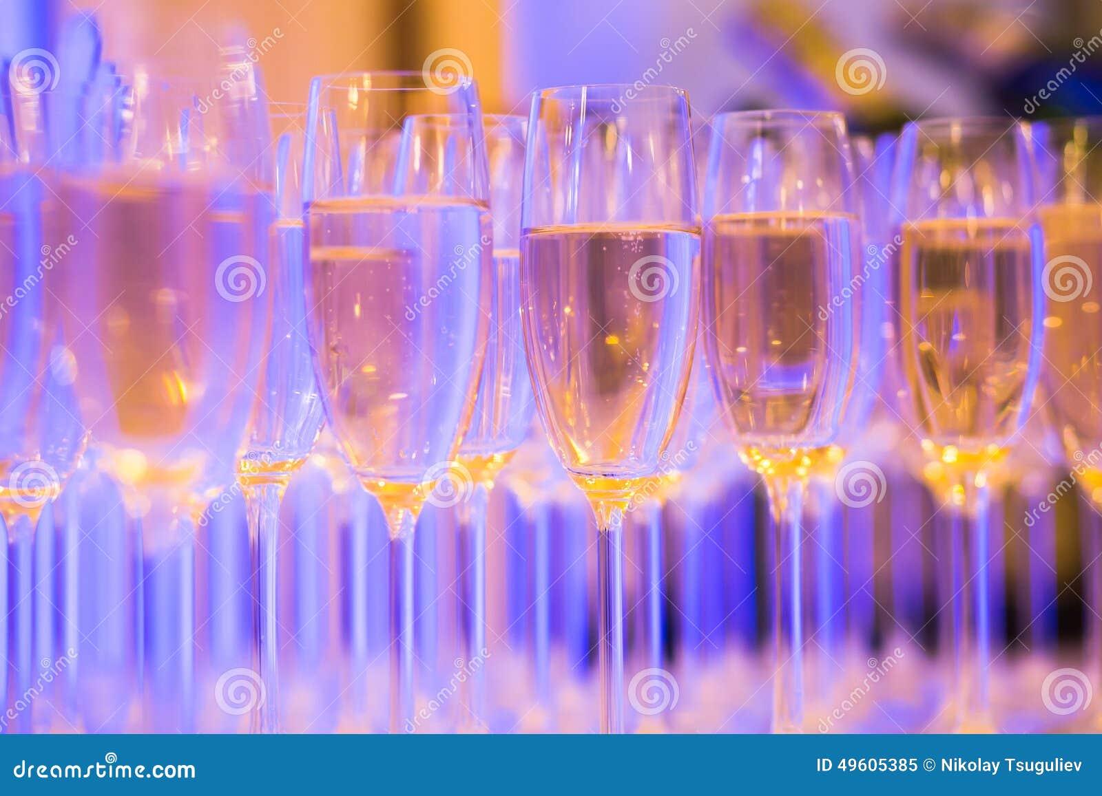Linha bonita de cocktail coloridos diferentes do álcool com fumo em uma festa de Natal, em um tequila, em um martini, em uma vodc