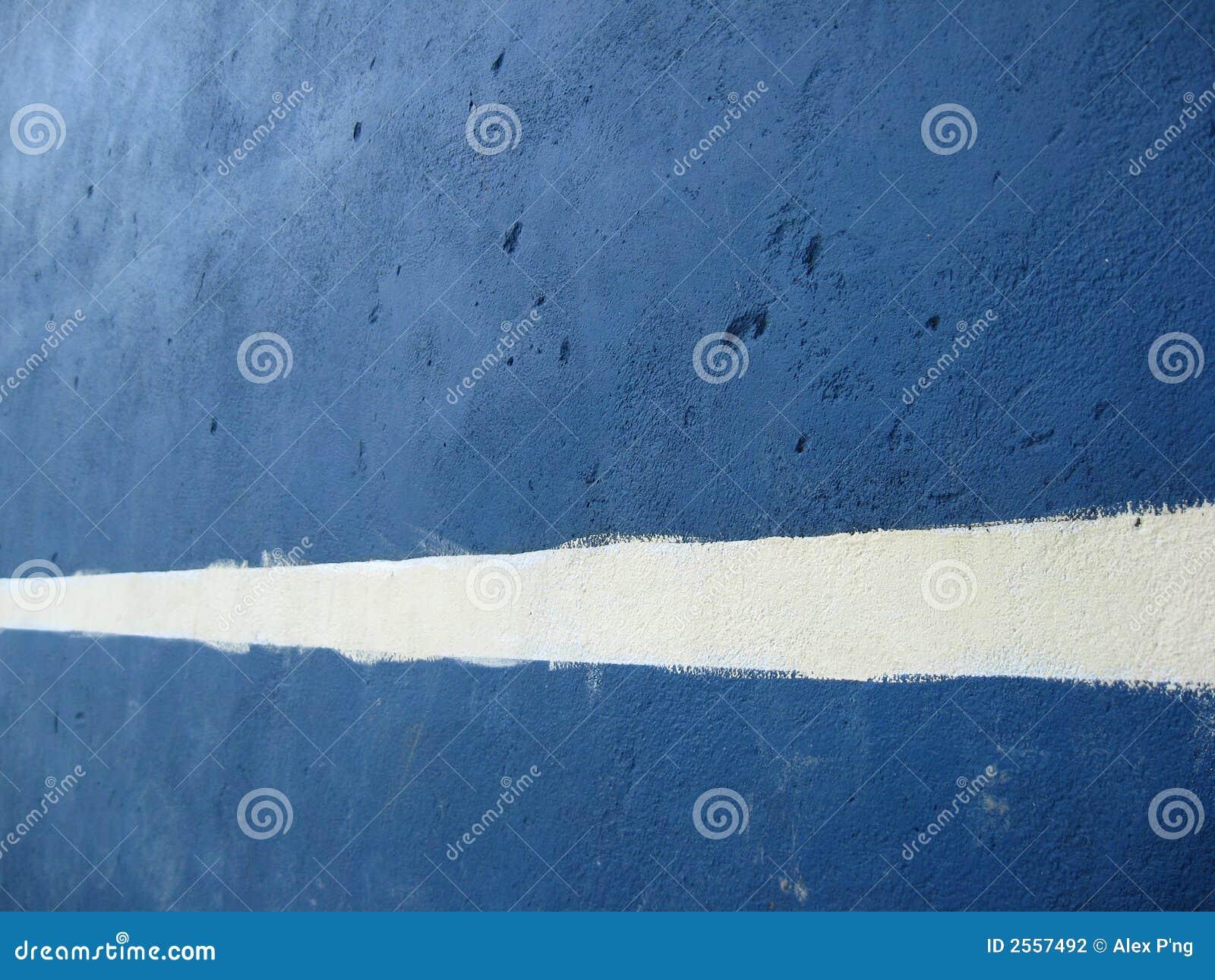 Linha branca em um muro de cimento