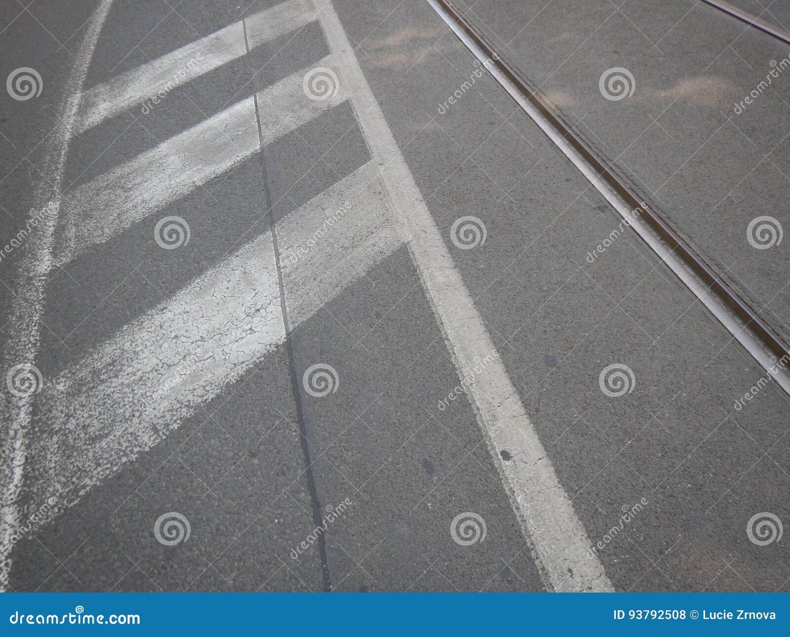 Linha branca em uma estrada rodoviária asfaltada