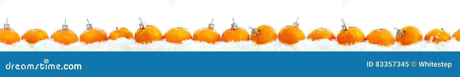 Linha branco isolado da fileira das tangerinas do ano novo