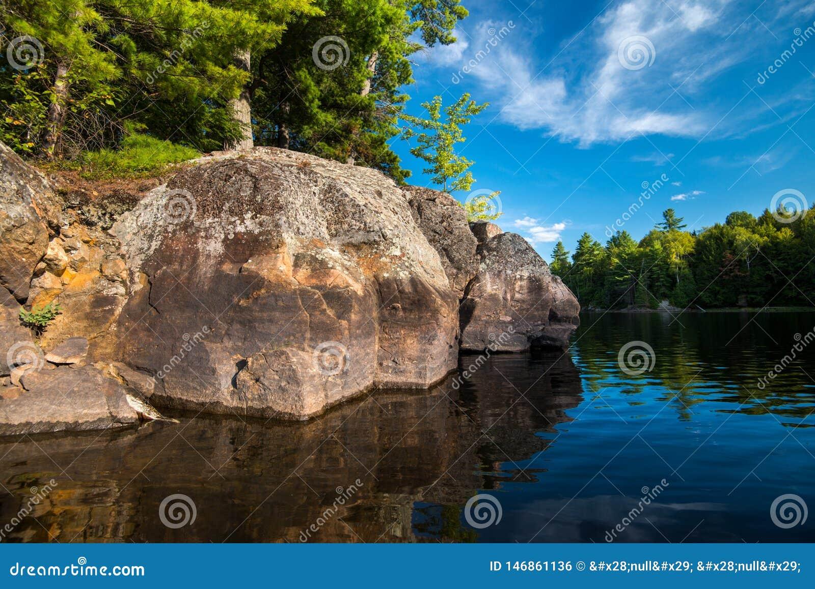 Linha costeira grande da rocha no verão