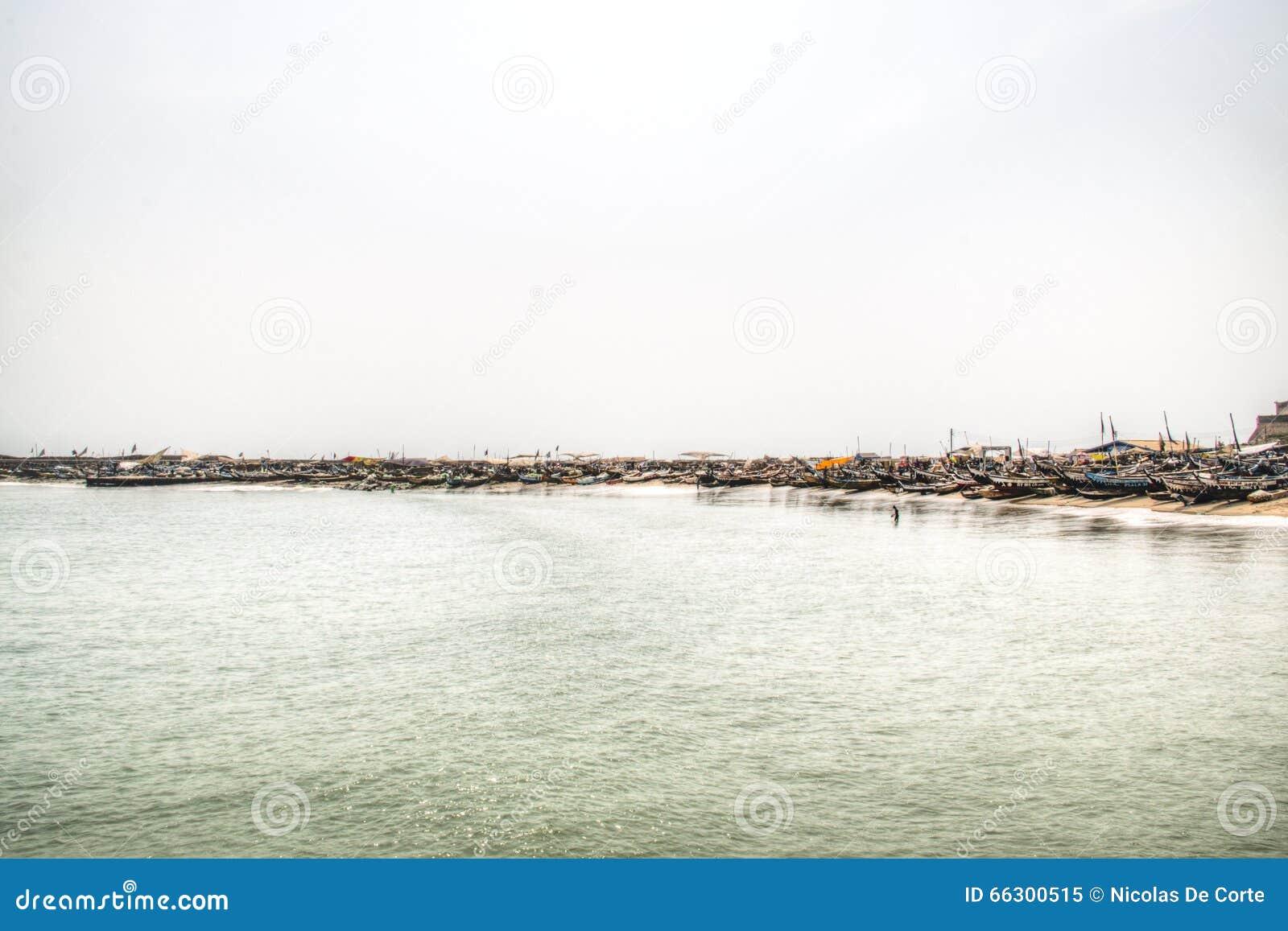 A linha da costa de Jamestown, Accra, Gana