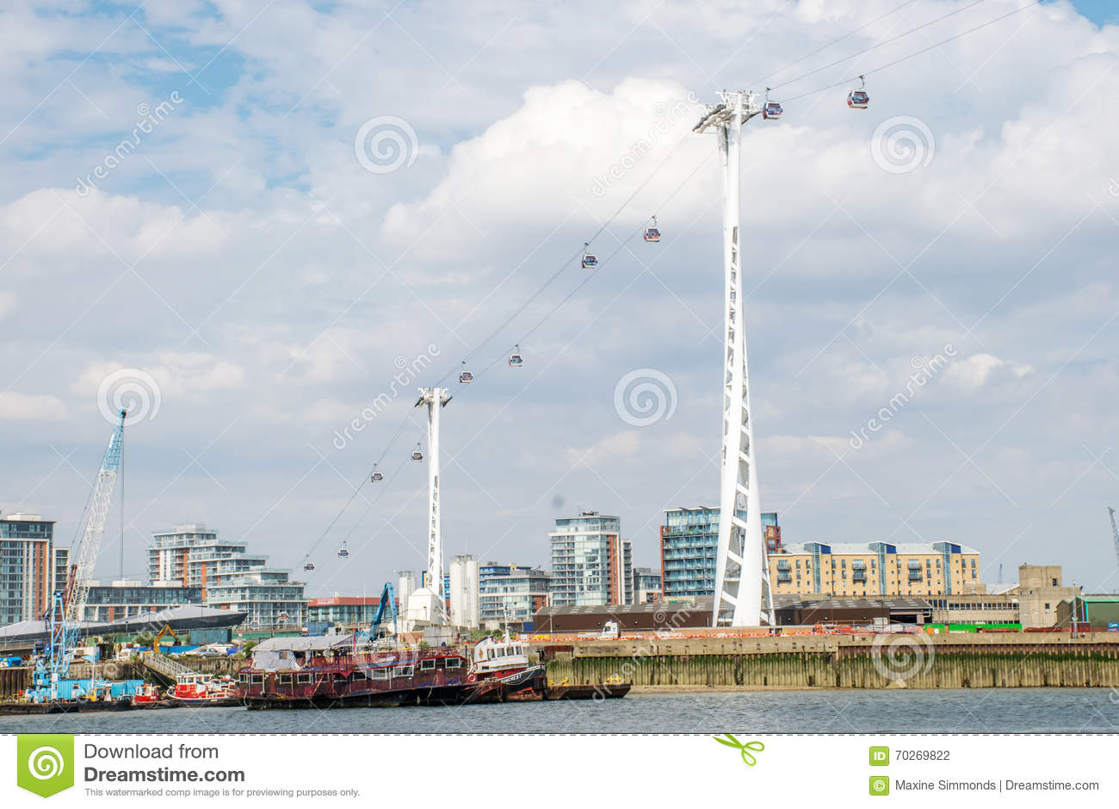 Linha de ar teleférico dos emirados sobre o rio Tamisa