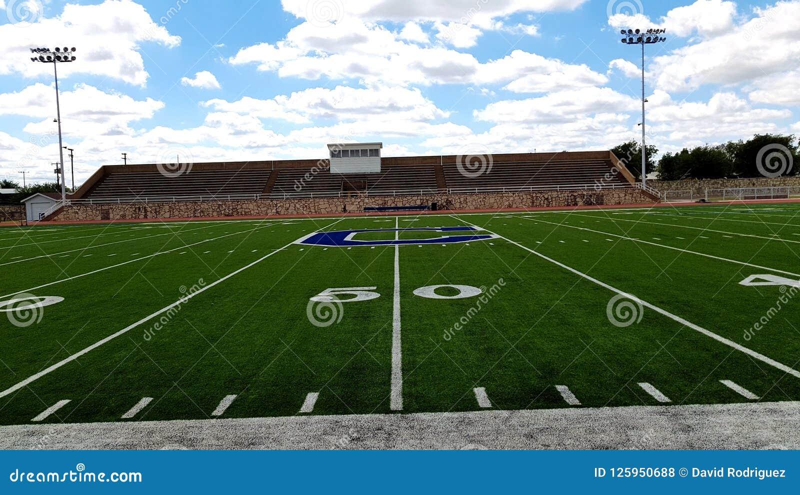 Linha de jardas 50 de campo de futebol local