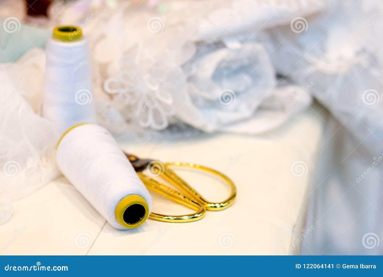 Linha e tesouras da costureira