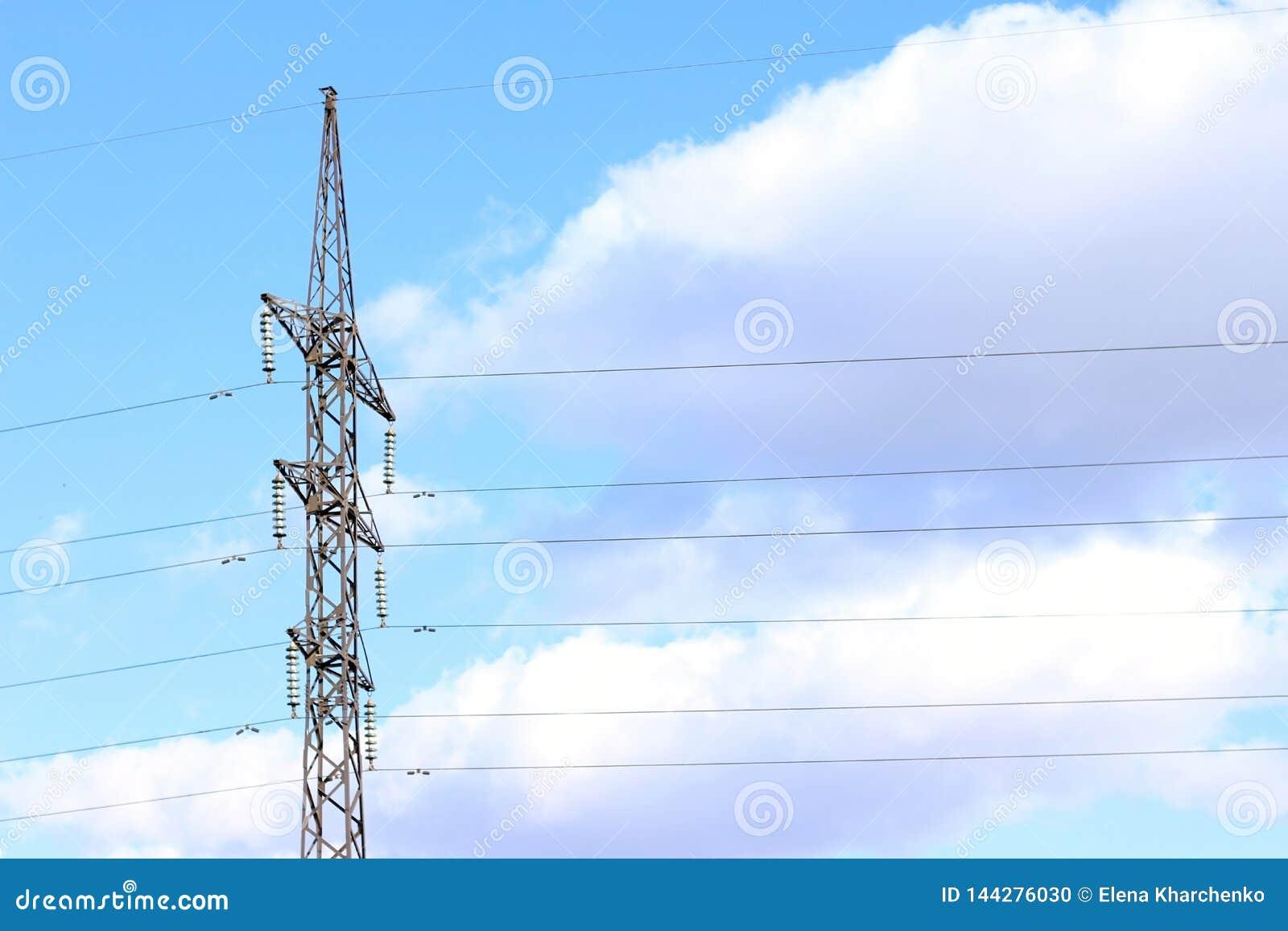 Linha el?trica contra o c?u azul com o fio da central el?trica das nuvens